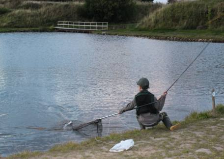 Joel Ellis landing his last fish in the last minute of the competition to win